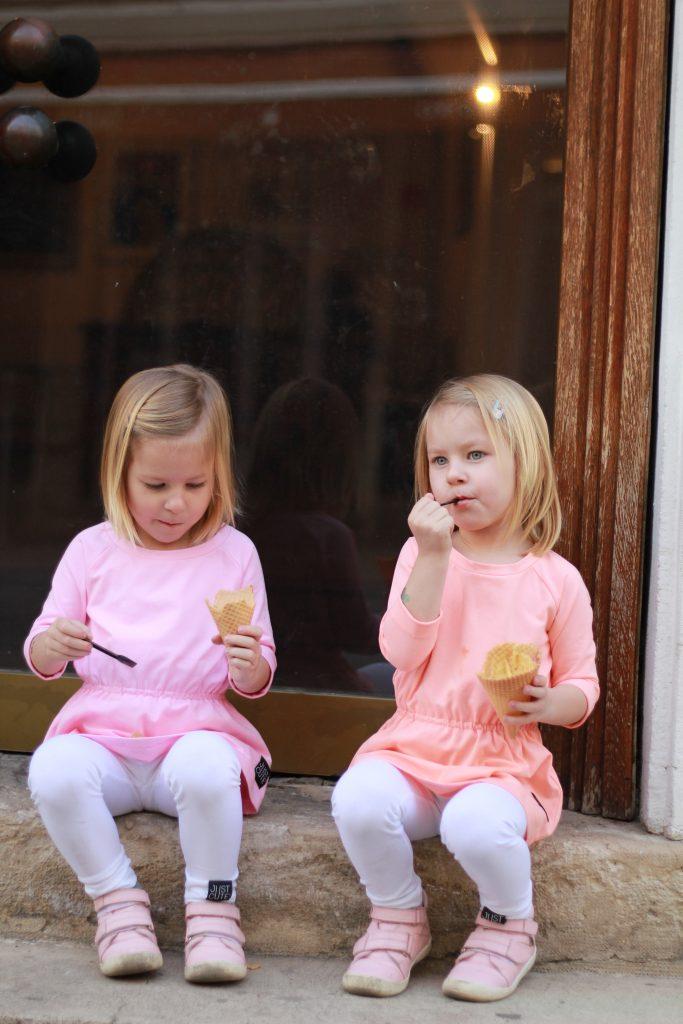 deti jedia zmrzlinu na schodoch galerie